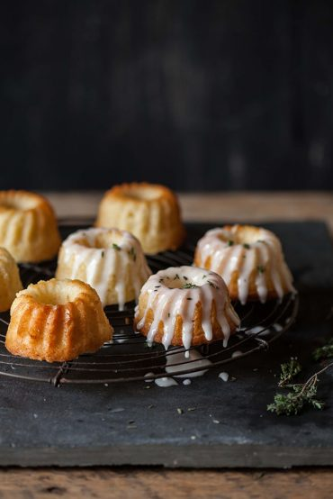 lemon and joghurt cakes with lemon and thyme icing
