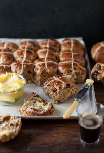 easystout hot cross spiced buns