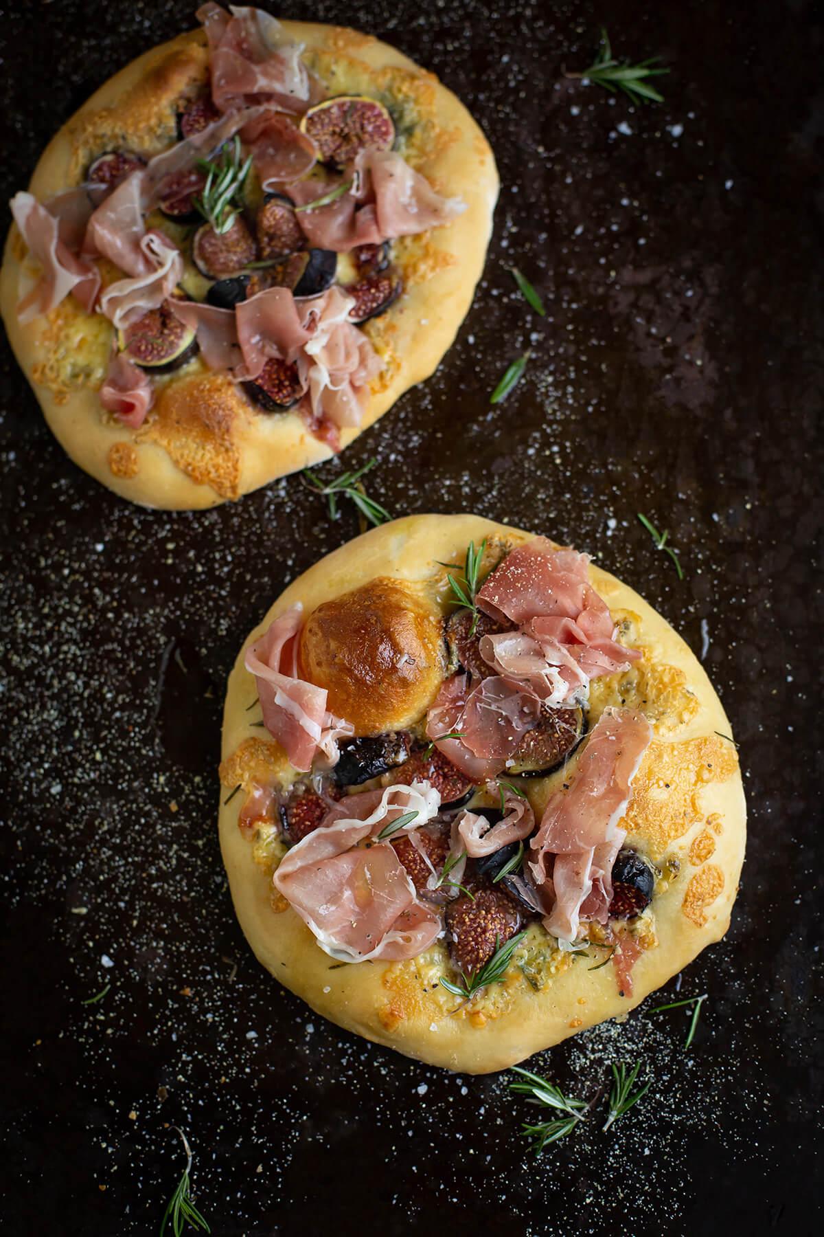 Pizzette with blue cheese, figs & prosciutto recipe