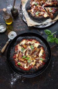 Black pizza with chipotle BBQ chicken, mushrooms & red onion recipe